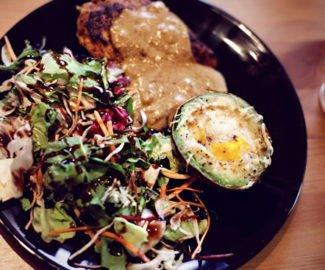 Avocado – Ei mit Salat und Hähnchenbrust