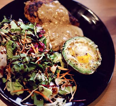 Rezept: Avocado – Ei mit Salat und Hähnchenbrust