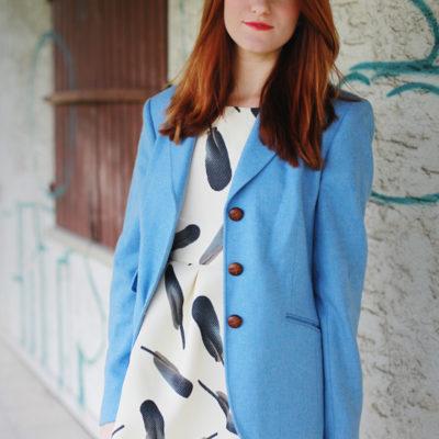 Outfit: Kleid mit Federprint
