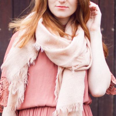 Outfit: Altrosa Midi-Kleid mit Spitze & XXL Schal