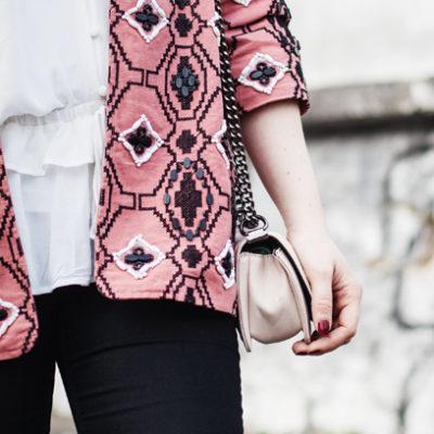 Oufit: Schwarze Jeans mit Bluse und Perlenblazer