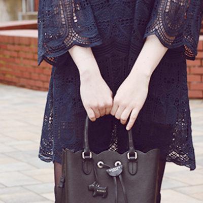 Outfit: Spitzenkleid mit Trompetenärmel und Overknees