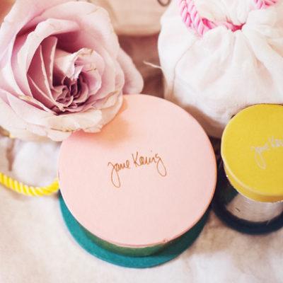 Geschenkidee voller Erinnerungen: Personalisierter Schmuck von Jane Kønig zum Muttertag